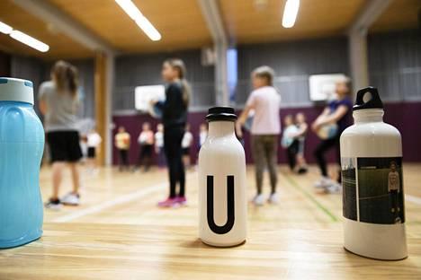 Monissa kouluissa tytöt ja pojat jaetaan liikuntatunneilla eri ryhmiin.