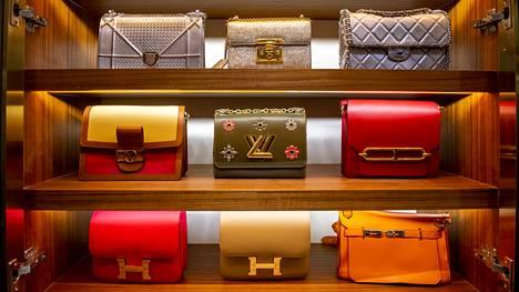 Gao Yanin arvokkaat laukut on aseteltu vaatehuoneen hyllyille huolellisesti.