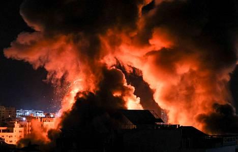 Rakennukset paloivat Gazassa aikaisin tiistaina 18. toukokuuta.
