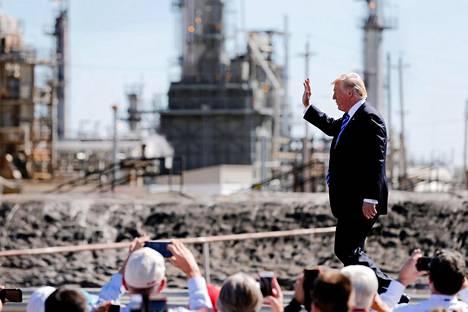 Yhdysvaltojen presidentti Donald Trump kertoi suunnittelemistaan verokevennyksistä öljynjalostusyhtiö Andeavorin jalostamolla syyskuussa 2017. Yritysten veronkevennyksillä presidentti Trump pyrkii turvaamaan työpaikkoja.