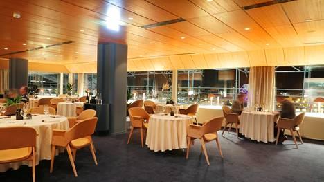 Fine dining- ravintola Palacen sisustaja on suosinut poskipuuterin sävyjä. Mieleen tulee ruotsinlaivojen ravintolat – etenkin kun taustalla soivat 1970-luvun hitit.
