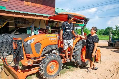 """Kwan Srisook (vas) ja Athitaya """"Jom"""" Srisamor toivovat pääsevänsä taas Suomeen, sillä heillä on iso traktorilaina maksettavana."""