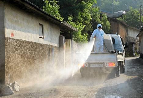 Terveydenhoitoviranomaiset puhdistavat eteläkorealaista kylää, joka sijaitsee 240 kilometrin päässä maan pääkaupungista Soulista. Kylä oli kaksi viikkoa karanteenissa mers-viruksen takia.
