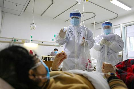 Lääkintähenkilökunta tarkasti potilaan vointia Jinyintanin sairaalassa helmikuun puolivälissä. Sairaalassa hoidetaan vakavia tapauksia.
