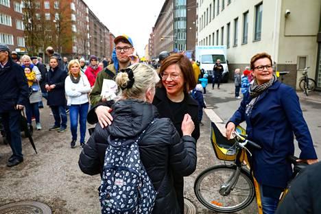 Apulaispormestari Anni Sinnemäki (keskellä) juhli satojen kansalaisten kanssa valmista katua.