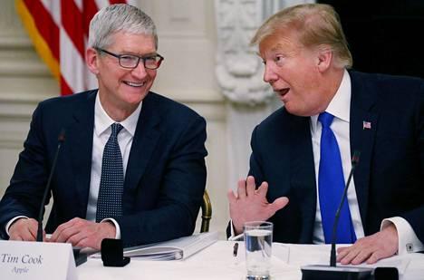 Applen toimitusjohtaja Tim Cook ja Yhdysvaltain presidentti Donald Trump osallistuivat työvoimapoliittiseen kokoukseen Washingtonissa maaliskuussa.