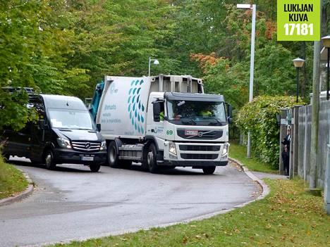 Jäteauto peruutteli tapaamispaikkana toimineen Kesärannan porteilla vain hetkeä ennen Macronin saapumista.