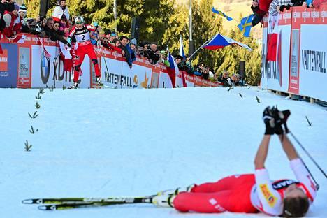Justyna Kowalczyk tuuletti selällään neljättä Tour de Skin voittoaan, kun Nojan Therese Johaug saapui maaliin.