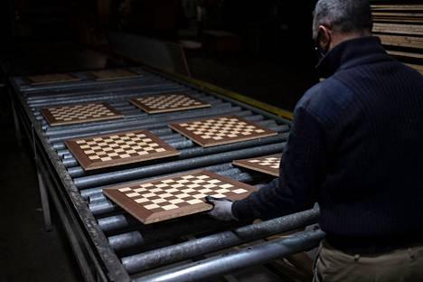 Mies työskenteli 5. maaliskuuta šakkilautoja valmistavassa Rechapados Ferrer -yrityksessä La Garrigassa lähellä Barcelonaa.