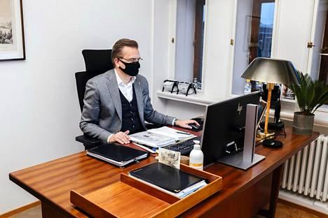Stockmannin toimitusjohtaja Jari Latvanen huoneessaan Helsingin Stockmannilla joulun alla 2020.