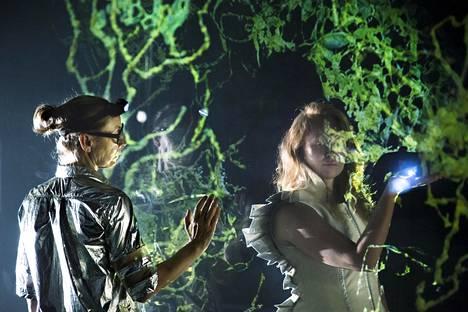 Kati Outinen ja Aino Venna ilmentävät Tainaronin alituisessa muutostilassa olevaa maailmaa Kansallisteatterin pienellä näyttämöllä nähtävässä romaanidramatisoinnissa.