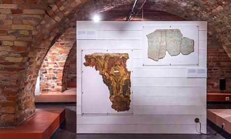 Hiiu-Suurmõisan kartanosta löydettiin restauroinnin yhteydessä pala vanhaa tapettia.