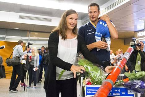 Niina Kelo ja Tero Pitkämäki saavat perheenlisäystä loppukesästä. Perhe oli vastassa, kun Pitkämäki saapui Suomeen EM-pronssimitalistina vuonna 2014.