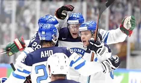 Minnesotan hanskoissa tuulettava Mikko Koivu sai avausmaaliin hyvän syötön Mikael Granlundilta (oik.).