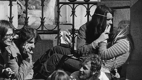 Nuoria Vanhan ylioppilastalon portailla vappuna 1972.