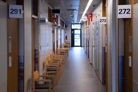 Myllypuron terveysaseman odotushuone huhtikuussa.