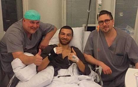 Christer Lybäck (vas.) ja Carl Lybäck leikkasivat Edis Tatlin käden keskiviikkona.