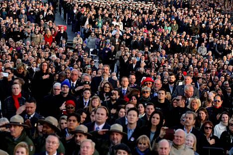 Ihmiset kuuntelivat seisten Yhdysvaltojen kansallislaulua ennen Donald Trumpin saapumista virkaanastujaisjuhlallisuuksien konserttiin.