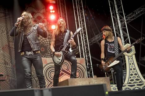 Amorphis keikalla Hyvinkään lentokentällä Hyvinkään Rockfestissa vuonna 2018. Yhtyeessä olivat mukana Esa Holopainen (soolokitara), Tomi Joutsen (laulu, murinalaulu), Santeri Kallio (kosketinsoittimet), Tomi Koivusaari (rytmikitara), Jan Rechberger (rummut) ja Olli-Pekka Laine (basso).
