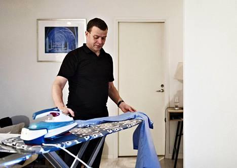 Maanantaiaamuna Petteri Orpo silittää kauluspaitansa kotonaan Turussa.