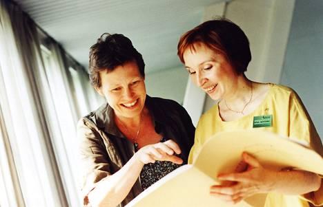 Säveltäjä Karin Rehnqvist (vas.) ja kanteletaiteilija Ritva Koistinen tapasivat jo 2002 Viitasaarella Musiikin aika -festivaalilla.