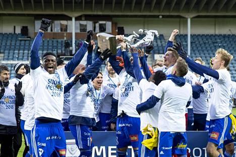 HJK:n kapteeni Rafinha nosti Veikkausliigan mestaruuspatsaan ilmaan päätöskierroksella Turussa.