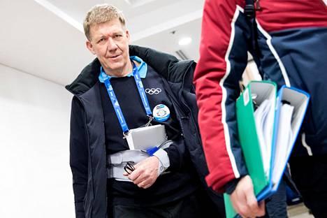 KOK:n lääketieteellinen johtaja Richard Budget saapui keskiviikkona CAS:n toimistoon ennen venäläisten kuulemista Pyeongchangissa.