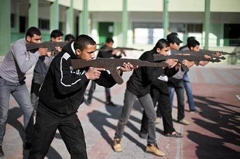 Gazalaislukiolaisia harjoitteli sotilastyyliin koulun pihalla Khan Younissa maaliskuussa.