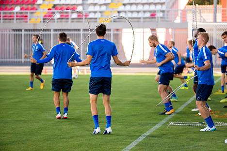 Suomen jalkapallomaajoukkue lämmitteli maanantai-illan harjoituksissa. Äärimmäisenä oikealla joukkueeseen sunnuntaina liittynyt Dani Hatakka.