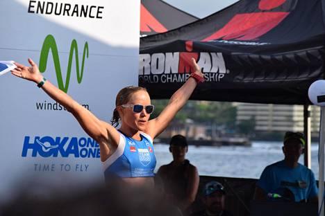 Triathlonisti Kaisa Sali tuuletti kisan jälkeen Havaijin Kailua-Konassa.