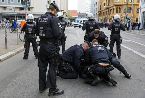 Poliisi otti kiinni kymmeniä mielenosoittajia.