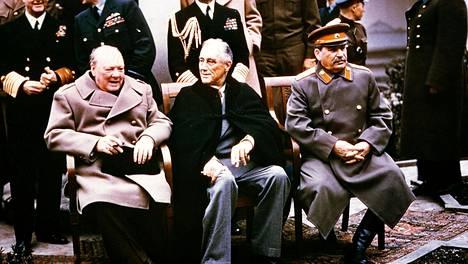 Winston Churchill, Franklin D. Roosevelt ja Josif Stalin helmikuussa 1945 Jaltan konferenssissa. Roosevelt oli liian sairas vastustaakseen Stalinia Puolan aseman ratkaisussa eikä edes yrittänyt pelastaa Baltian maita.