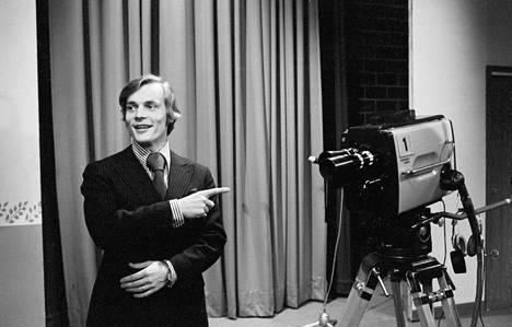 Toimittaja Timo T. A. Mikkonen liituraitapuvussa TV-studiossa 6. toukokuuta 1971.