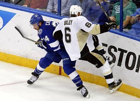 Tampa Bay Lightningin hyökkääjä Ryan Callahan (vas.) väisti Pittsburgh Penguinsin puolustajan Trevor Daleyn taklauksen.