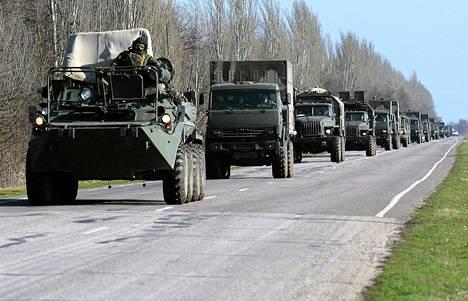 Venäjän armeijan autoja maantiellä lähellä Džankoin kaupunkia Krimillä lauantaina.