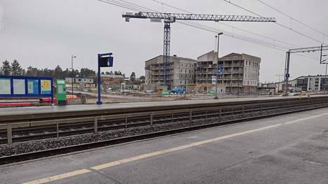 Ainolan nykyisen aseman viereen rakennetaan parhaillaan asuntoja.