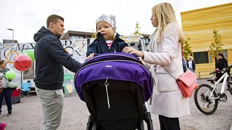 """Joonas, Linnea ja Anna Panttila muuttivat Vantaan Kivistöön Vaasasta toukokuussa. Vantaalle heitä houkuttivat hyvät liikenneyhteydet ja kohtuullinen asumisen hintataso. """"Uudella alueella on turvallinen ympäristö ja paljon lapsiperheitä"""", Anna Panttila sanoo."""