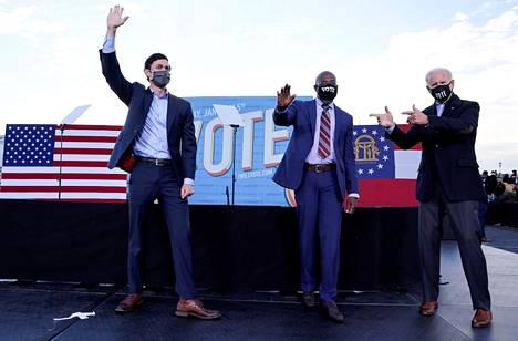 Tuleva presidentti Joe Biden (oik.) kampanjoi Warnockin ja Ossoffin puolesta Atlantassa maanantaina.