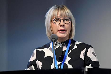 Sosiaali- ja terveysministeri Aino-Kaisa Pekonen (vas) kertoi perhevapaauudistuksen linjauksista syyskuussa.