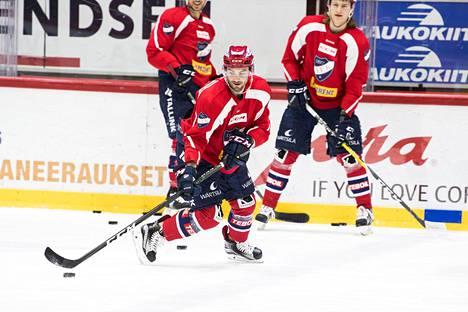Corey Elkins, Ryan O´Connor, Roope Hintz (oik.) neppailivat kiekkoja HIFK:n harjoituksissa tiistaina.