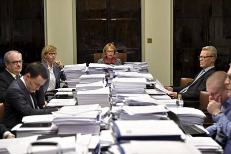 Perustuslakivaliokunta kokoontui joulukuussa 2018. Pöydän ympärillä Kaj Turunen (vasemmalla), Wille Rydman, Anna-Maja Henriksson, valiokunnan puheenjohtaja Annika Lapintie, Ilkka Kantola ja Kimmo Kivelä.
