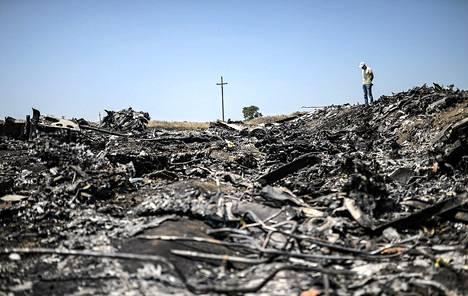 Mies seisoi lauantaina onnettomuuspaikalla Hraboven kylän lähellä Ukrainassa.