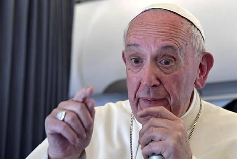 Paavi Franciscus puhui lauantaina toimittajille paavillisessa lentokoneessaan paluumatkalla Portugalista Vatikaaniin.