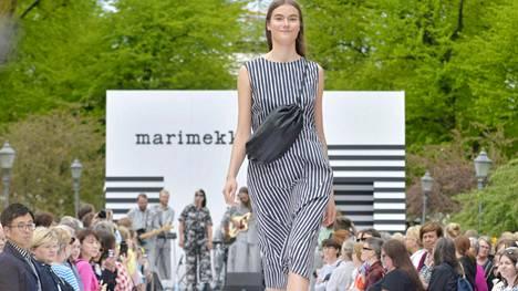 Marimekon kesämuotinäytös pidettiin Esplanadin puistossa Helsingissä toukokuussa.