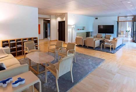 Vierastalon toisessa kerroksessa sijaitsevan oleskelutilan varusteluihin kuuluvat muun muassa avotakka sekä sohvaryhmä.
