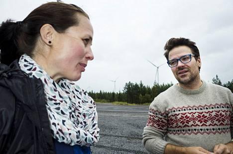 Kaksi vuotta sitten Hanna Halmeenpää ja vihreiden silloinen puheenjohtaja Ville Niinistö tutustuivat Kalajoen Mustilankankaan 28 tuulivoimalan alueeseen.