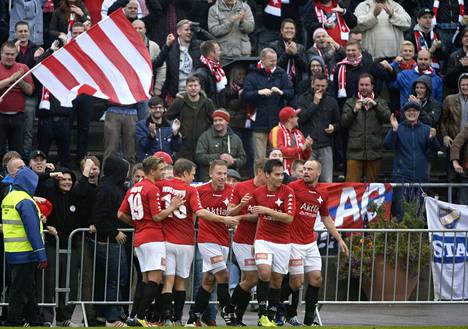 HIFK:n pelaajat ja fanit juhlivat, kun HIFK voitti jalkapallon miesten Ykkösen päätöskierroksen ottelun.