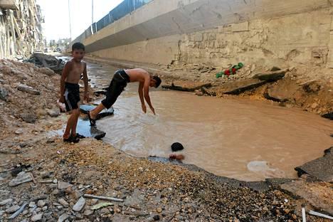 Lapset löysivät uimapaikan kranaatin kraaterista Syyrian Aleppossa.