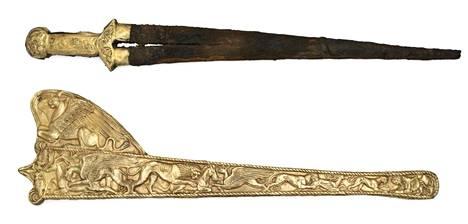Amsterdamissa esillä olleisiin aarteisiin kuuluu muun muassa miekkoja ja niiden tuppia.