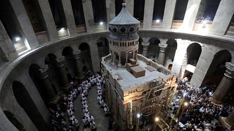 Kristittyjä Pyhän haudan kirkossa Jerusalemissa vuoden 2017 huhtikuussa.